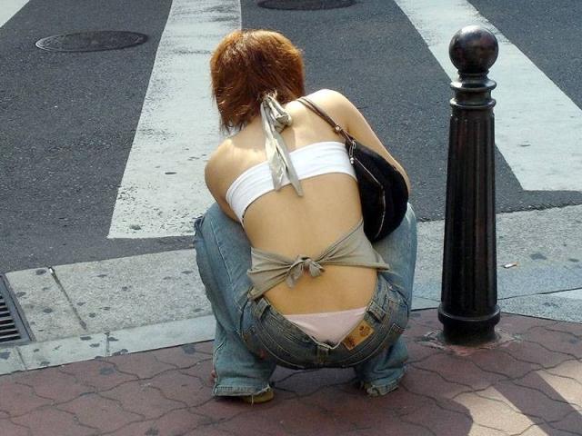 丸出し背中や腰パンチラがエロいギャルの後ろ姿のエロ画像004