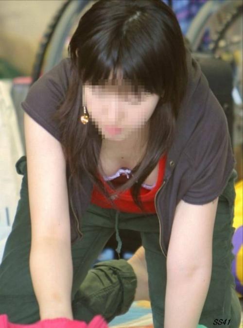 胸チラ街撮り素人エロ画像9