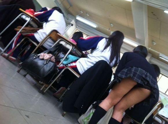 JKの学校内盗撮パンチラ素人エロ画像28