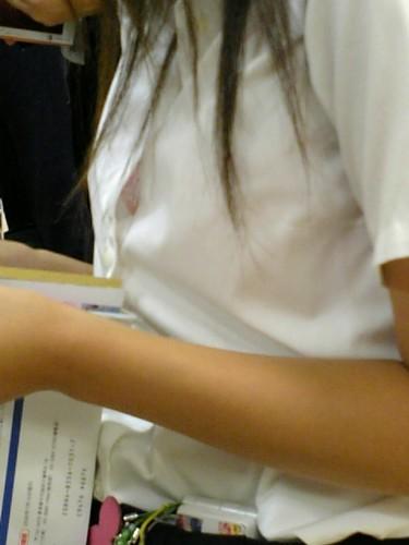 ボタンのすき間からブラチラしたり着衣巨乳がエロいブラウスやワイシャツの着衣巨乳おっぱい素人エロ画像22