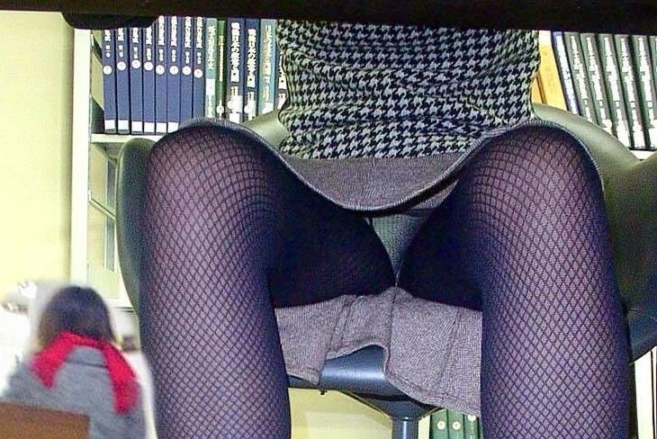 テーブル・机の下から同僚のパンチラ盗撮した素人エロ画像01