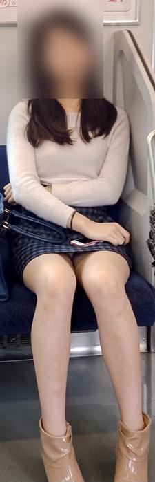 電車内パンチラ盗撮素人エロ画像21