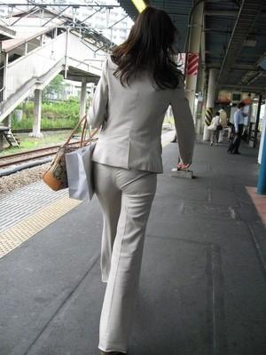 OLさんのパンツスーツのパン線くっきりお尻を街撮りした素人エロ画像20