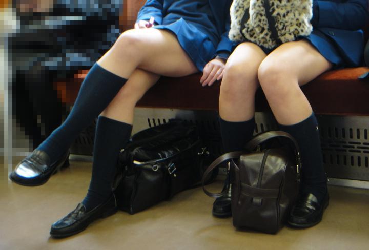 女子校生の太もも電車内盗撮素人エロ画像21