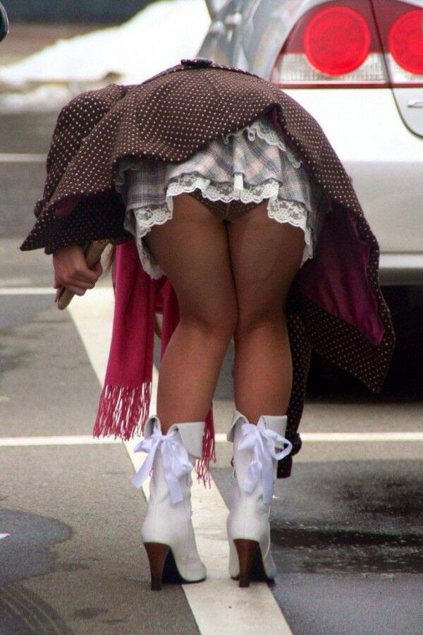 魅せつけられてる感が強いパンチラ街撮り素人エロ画像2
