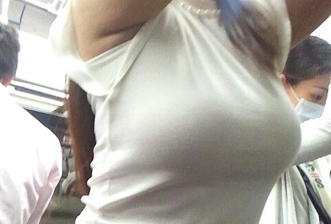 【素人エロ画像】電車内で割と簡単に見える胸チラ谷間や膨らみがエッチな着衣おっぱいww