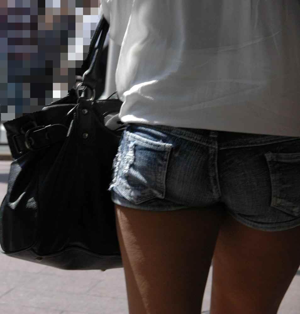 ショートパンツギャルの街撮り素人エロ画像018