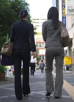 OLさんのパンツスーツのパン線くっきりお尻を街撮りした素人エロ画像19