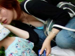 胸チラおっぱいがエッチな女性の素人エロ画像-021