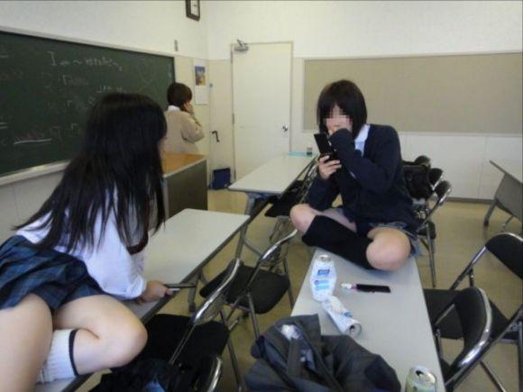 JKの学校内盗撮パンチラ素人エロ画像9