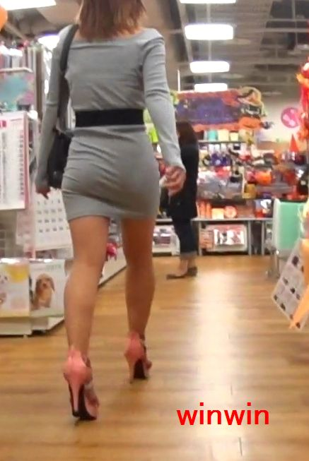タイトミニスカ女子のお尻と太もも街撮りエロ画像22