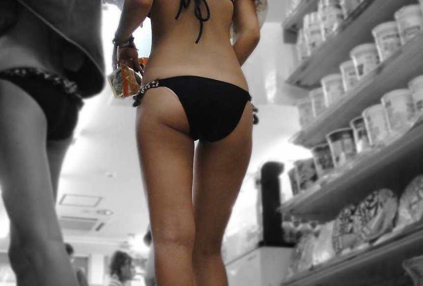 ビキニギャルの街撮り素人エロ画像1