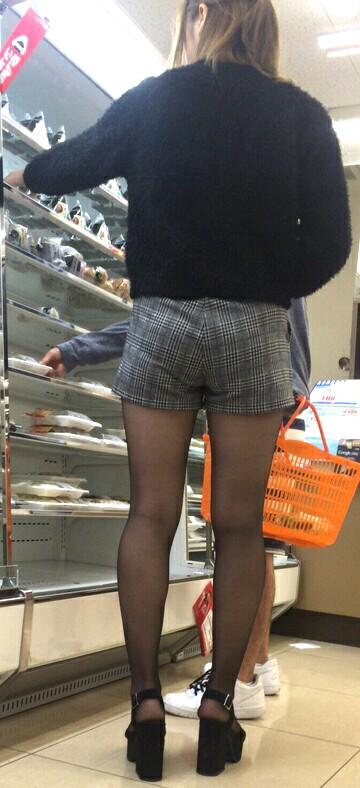 買い物中のお姉さんの店内盗撮素人エロ画像24