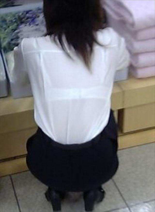 長袖なのに透けブラするお姉さんの素人エロ画像19