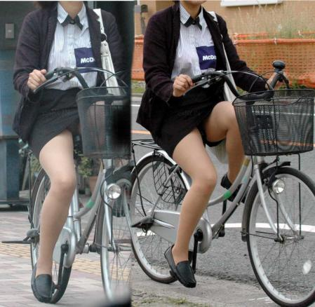 タイトスカートで自転車に乗るOL盗撮エロ画像3