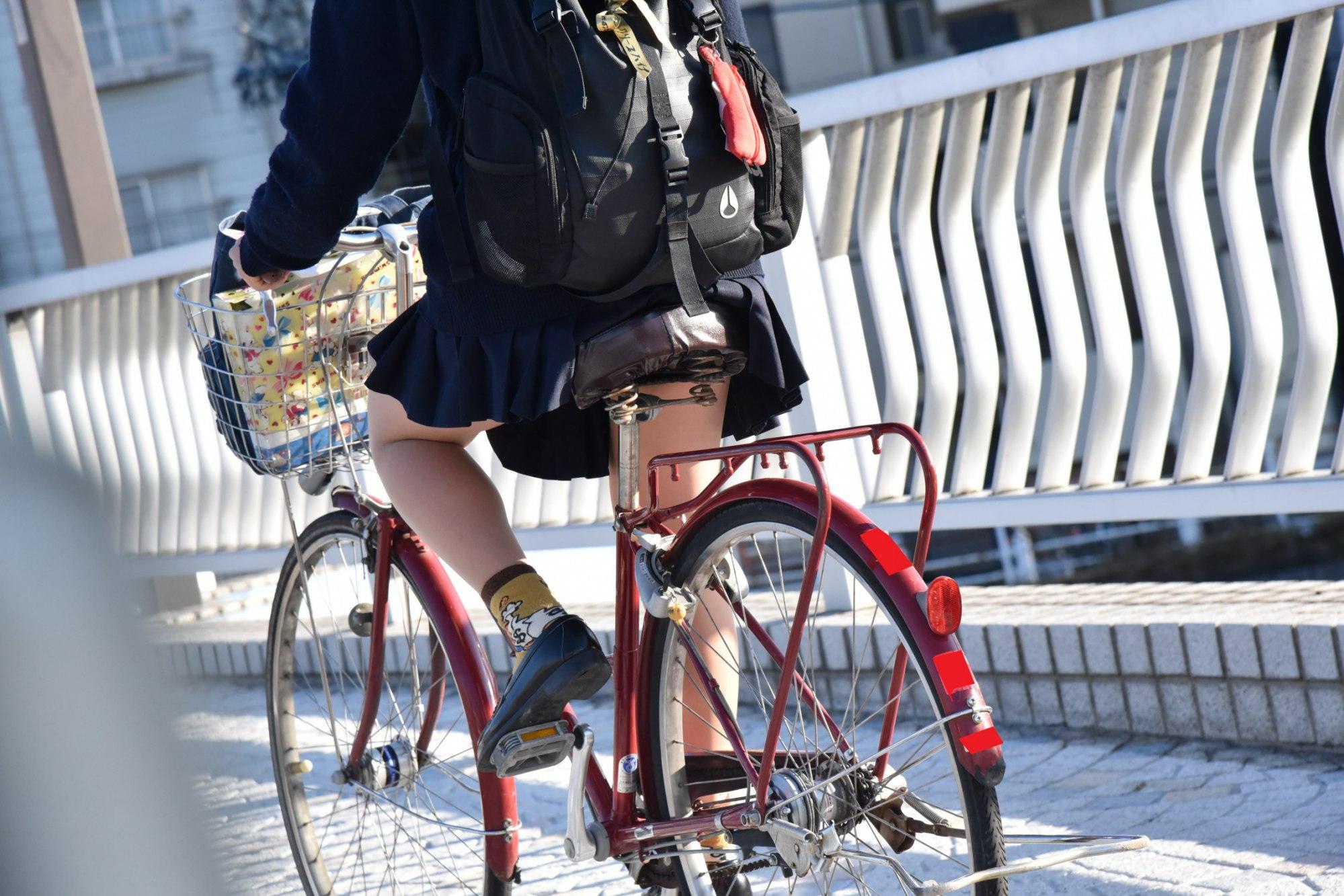 """自転車女子校生の太もも街撮り素人エロ画像16"""" class="""
