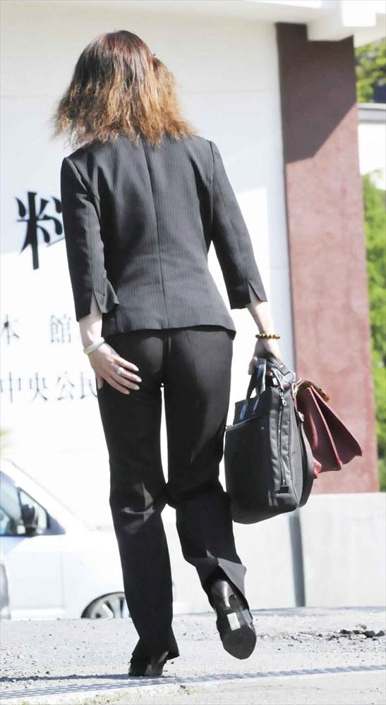 パンツスーツのお尻を街撮りした素人エロ画像16