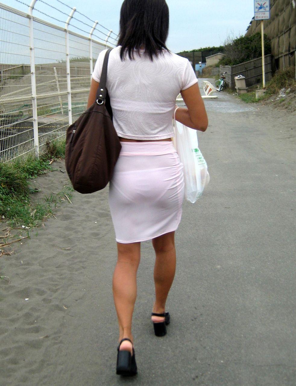 透けブラや透けパンがエッチな女性の街撮り素人エロ画像-006