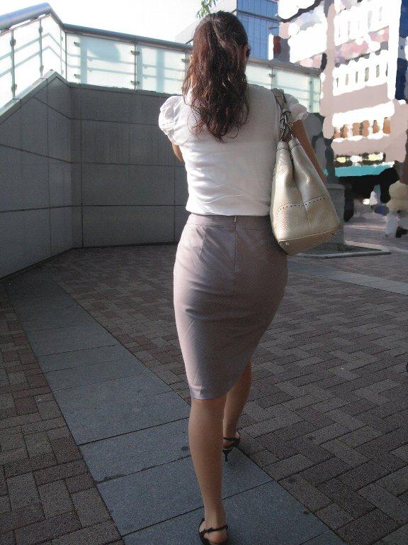 タイトスカートを履いた夏のお姉さんの後ろ姿街撮りエロ画像22