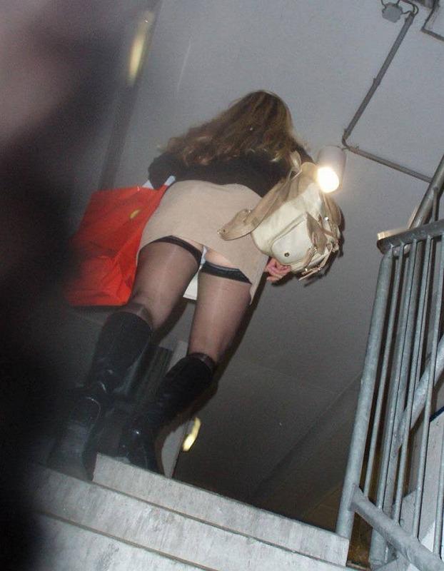階段パンチラ盗撮素人エロ画像3