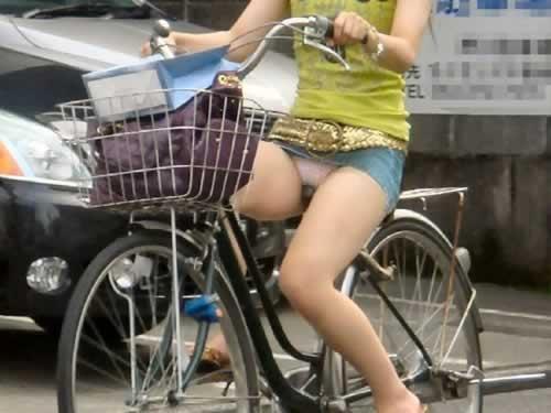 ミニスカで自転車にのってパンチラしている素人エロ画像22
