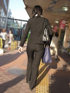 パンツスーツのお尻街撮り素人OLエロ画像8