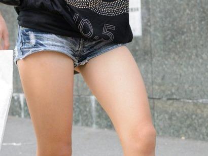 ホットパンツやショートパンツの股間の隙間パンチラエロ画像10