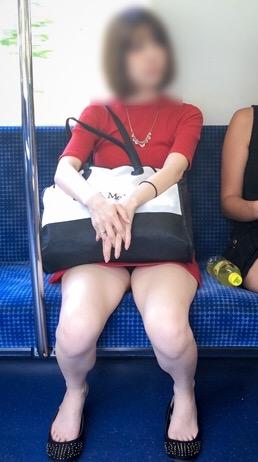 意外と太ももパラダイスな電車内盗撮素人エロ画像-045