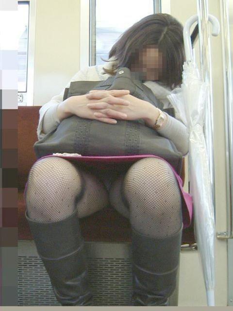 電車内盗撮パンチラエロ画像21
