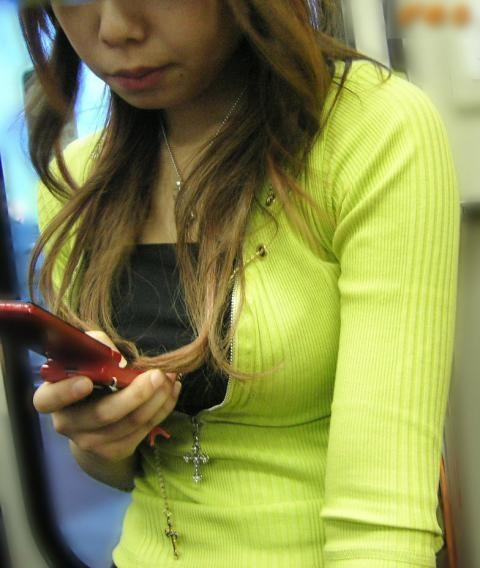 電車内で盗撮した胸チラや着衣おっぱいの素人エロ画像14