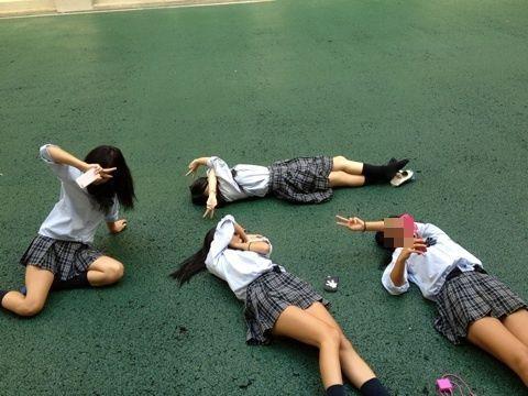女子校生のおふざけ校内撮りエロ画像2