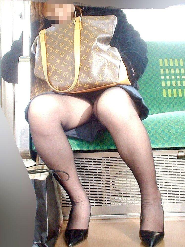 OLやJDを電車内盗撮したパンチラ太もも素人エロ画像30
