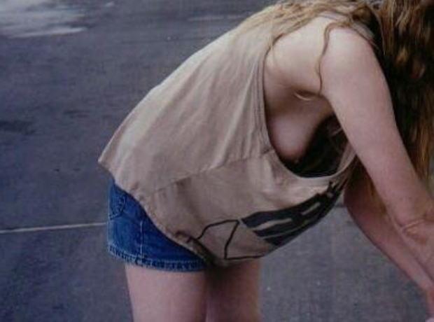 おっぱいが見えすぎている胸チラ女子の素人エロ画像-052