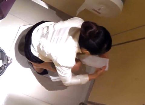 トイレ盗撮の素人エロ画像12