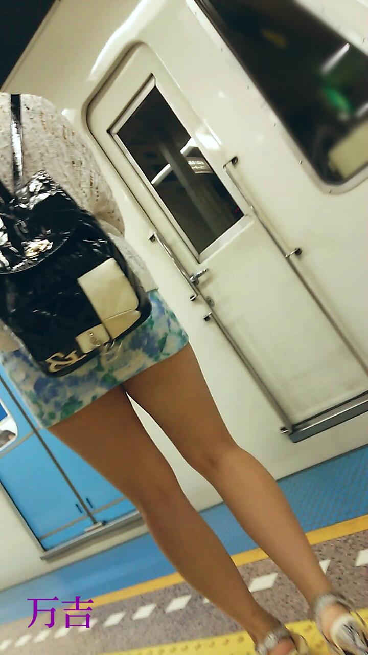 ムチムチでHな生脚太ももを街撮りした素人エロ画像04