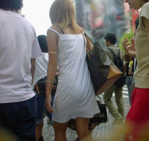 透けブラや透けパンがエッチな女性の街撮り素人エロ画像-018