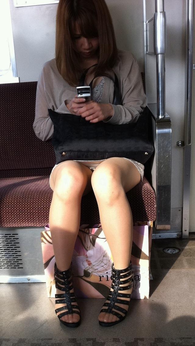 座りパンチラ・しゃがみパンチラの街撮り素人エロ画像7