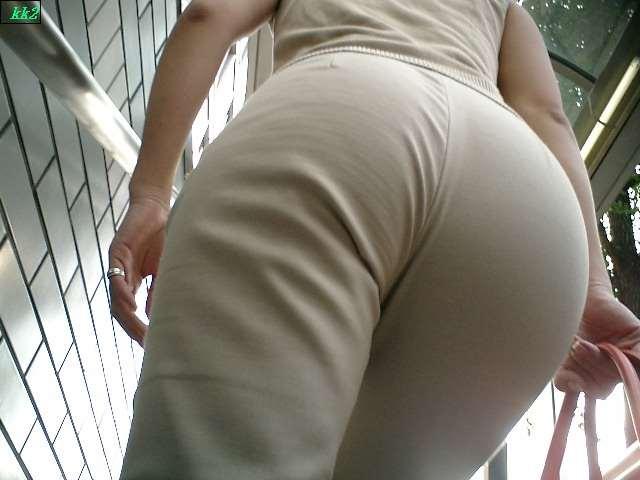 白デニムやピタパンのお尻街撮り素人エロ画像16