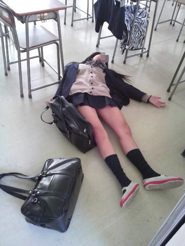 素人JK学校内撮りおふざけエロ画像19