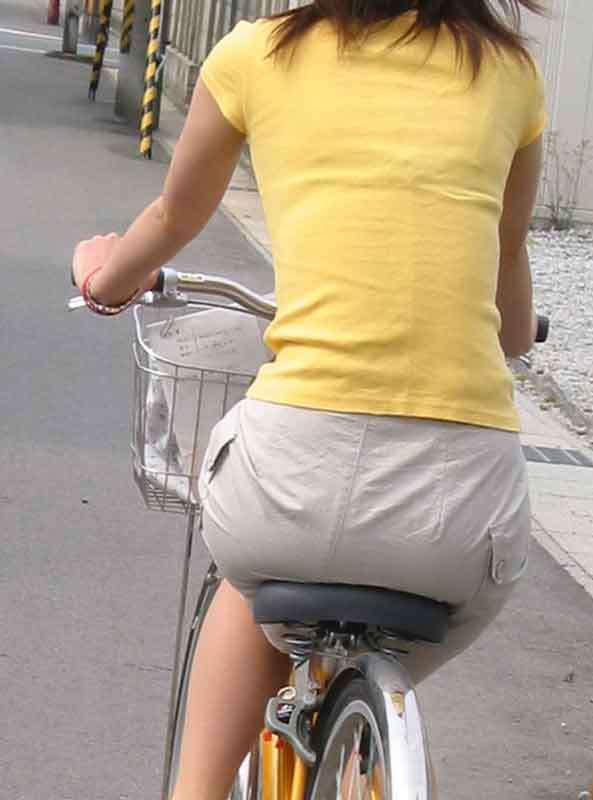 自転車のサドルに乗ってるお尻を街撮りした素人エロ画像13