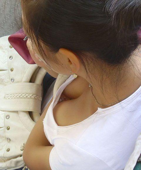 タンクトップやTシャツの胸チラ盗撮素人エロ画像26