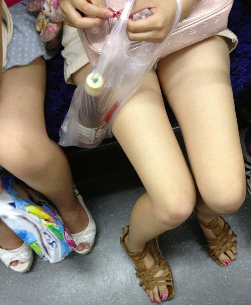 ショートパンツ生脚太ももの素人エロ画像19