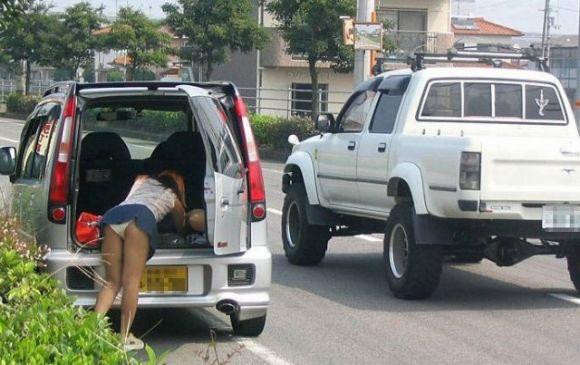 ミニスカ女子の車に関するパンチラ素人エロ画像16