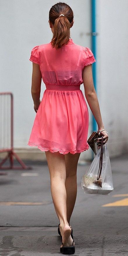 カラダのラインやお尻に脚がエロいワンピース女子の街撮り素人画像04