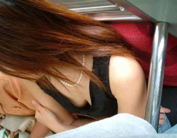 胸チラ・チクビチラ素人エロ画像8
