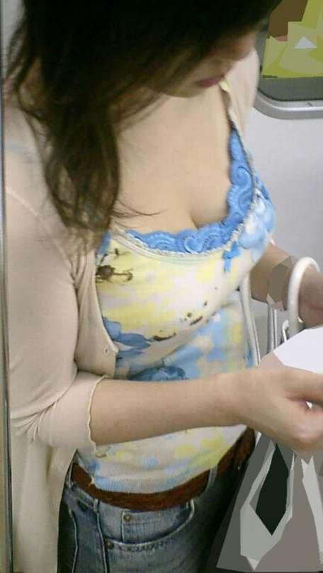胸チラおっぱいがエッチな女性の素人エロ画像-031