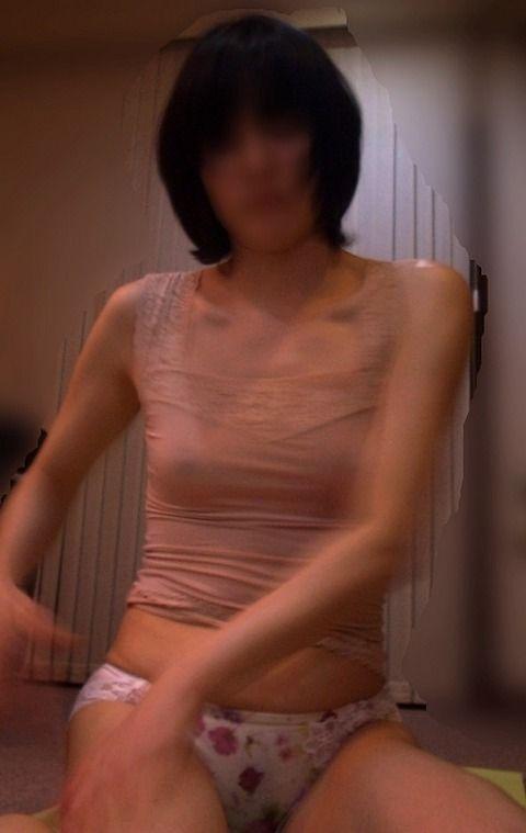 嫁の家庭内盗撮素人エロ画像16