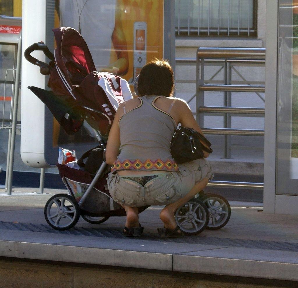 腰パンチラやしゃがみチラが多すぎる子連れ若ママのがゆるすぎる股の盗撮画像08