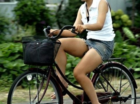 ミニスカで自転車にのってパンチラしている素人エロ画像11
