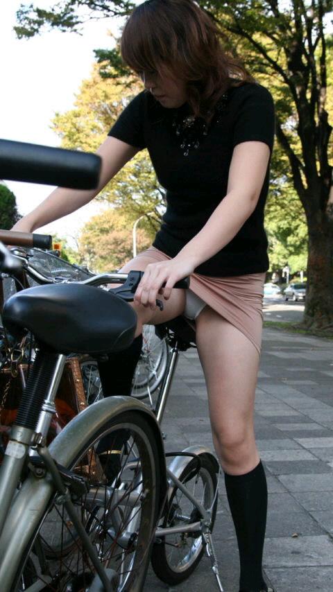ミニスカ自転車の街撮り素人エロ画像5